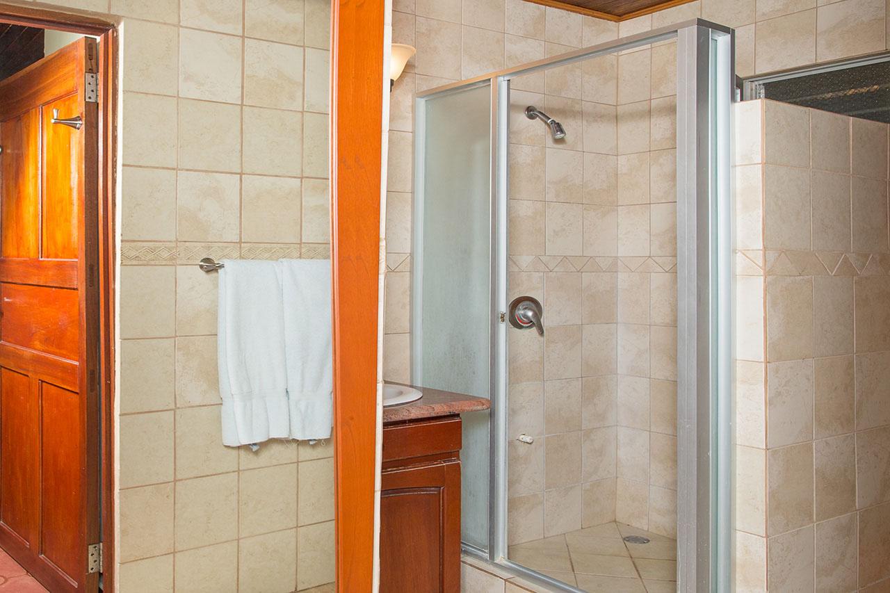 El Velero Hotel room shower